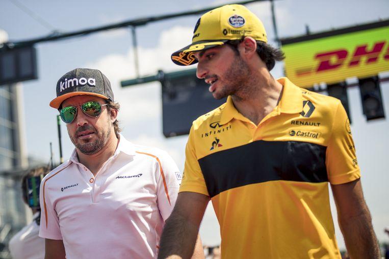 Fernando Alonso (links) en Carlos Sainz  tijdens de Grote Prijs van Hongarije eind juli.