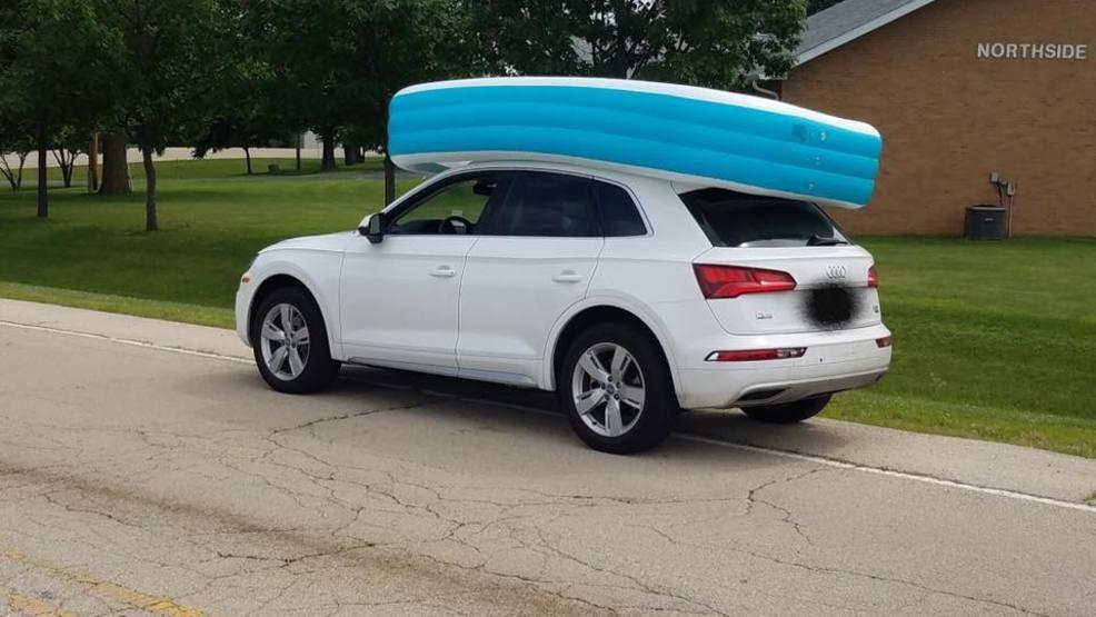 Une femme a promené ses enfants sur le toit de sa voiture, dans une piscine.