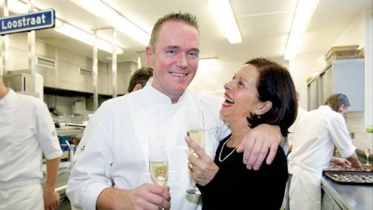 Chefkok Erik van Loo (L) toost dinsdag met zijn vrouw Anja (R) nadat restaurant Parkheuvel een tweede ster van de bandenfabrikant Michelin heeft gekregen. (ANP) Beeld