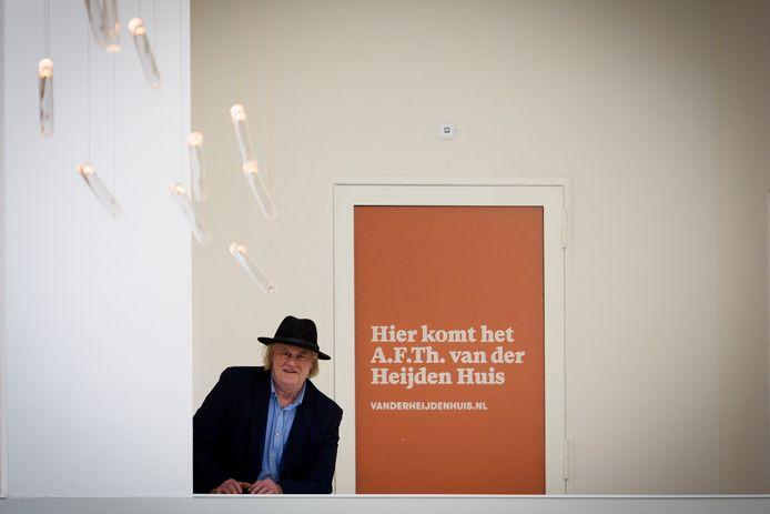 Renny de Bruyn op de plek waar het A.F.Th. van der Heijden Huis komt.