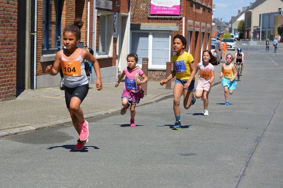 Kinderen lopen tijdens de Brasserrun door de straten.