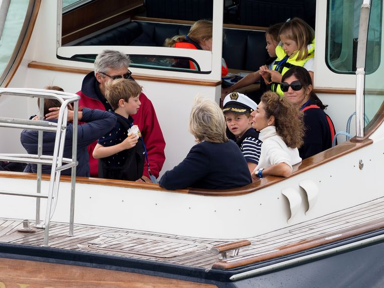 George kijkt argwanend naar de andere schepen.