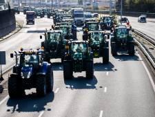 LIVE | Boeren negeren gemaakte afspraken, steken vuurwerf af en blokkeren tramlijnen