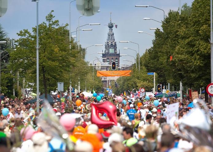 Een bomvolle Via Gladiola op de achtergrond de Stevenstoren, tijdens een eerdere editie van de Vierdaagse.