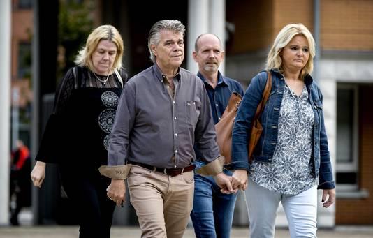 Ad van der Hurk (tweede van links) komt aan bij het gerechtshof voor het hoger beroep tegen Jos de G.