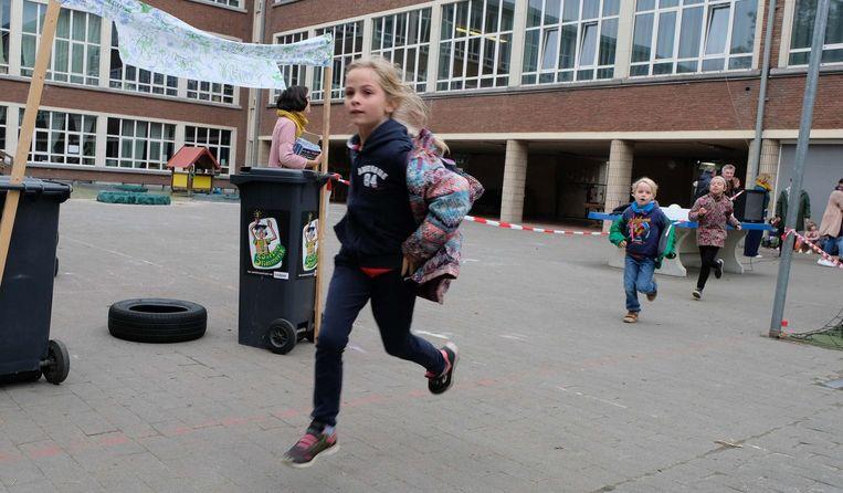 Leerlingen van de freinetschool liepen om beurt rondjes op de speelkoer van 's ochtends vroeg tot het laatste belsignaal.