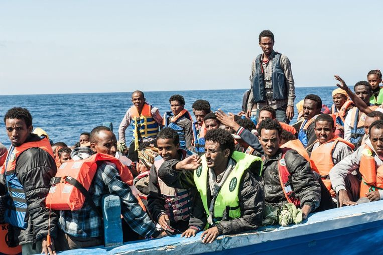 Vluchtelinegn uit Syrië en Eritrea worden op zee gered door een Italiaans marineschip. Italië dreigt ermee geen door buitenlandse marineschepen geredde vluchtelingen meer voet op Italiaanse bodem te laten zetten.