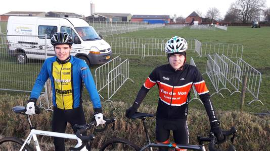 De junioren Erben van Meer (17) uit Nispen (links) en Joeri van Mook (16) uit Oosterhout komen alvast een kijkje nemen bij het NK-parcours.