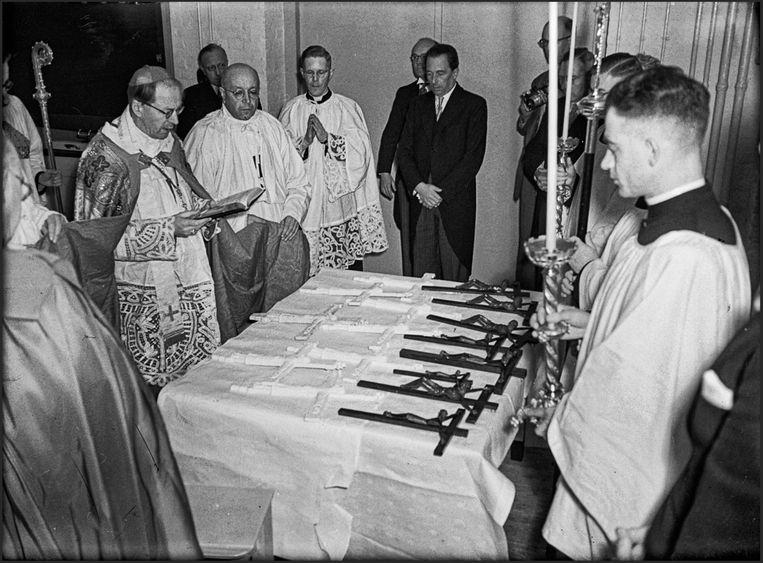 Bij de opening van de medische faculteit van de Katholieke Universiteit Nijmegen in 1951 worden de kruisbeelden ingezegend door mgr. Bernard Alfrink. Beeld Regionaal Archief Nijmegen