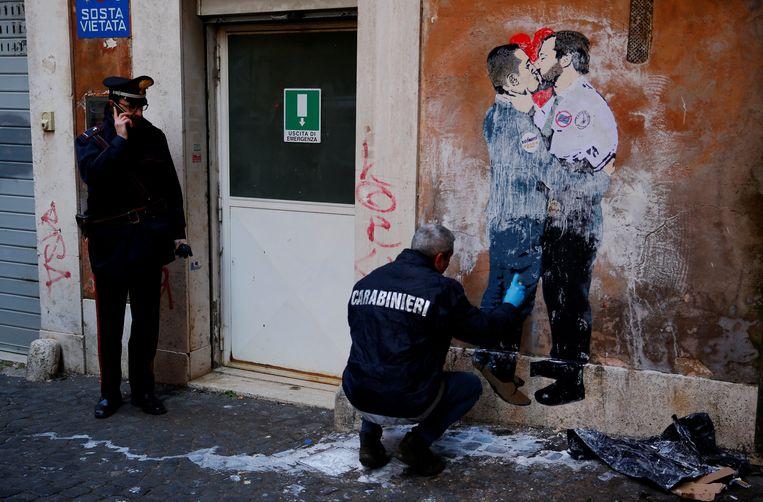 De politieke situatie inspireerde ook al straatartiesten in Rome: op de muurschildering zijn Matteo Salvini van La Lega (r.) en Luigi Di Maio van de Vijfsterrenbeweging te zien tijdens een innige kus. De realiteit is heel wat anders.