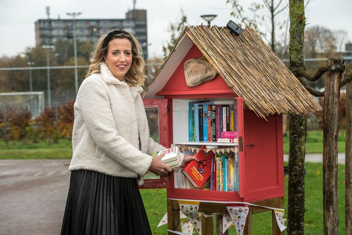 """Judith Hueskes is helemaal verliefd het fenomeen minibieb. """"De kastjes zorgen voor een samen-gevoel in de buurt en verleiden ons om weer eens een boek te lezen."""""""