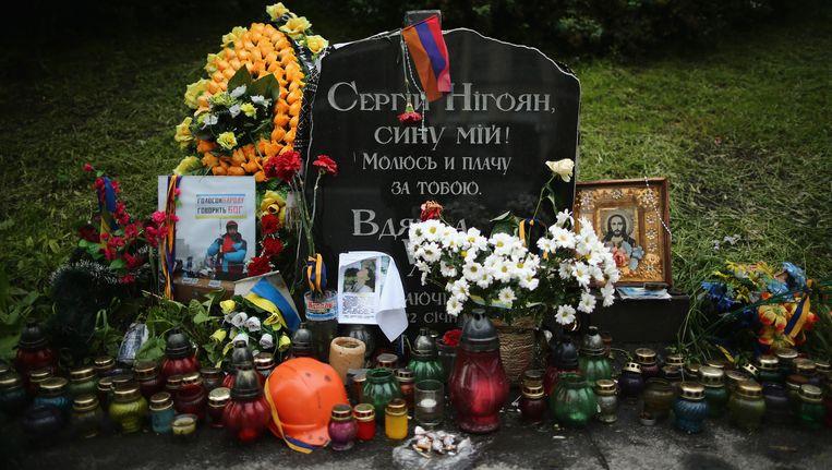 Een grafsteem markeert de plek waar de eerste dode viel tijdens de onlusten op het Onafhankelijkheidsplein in Kiev.