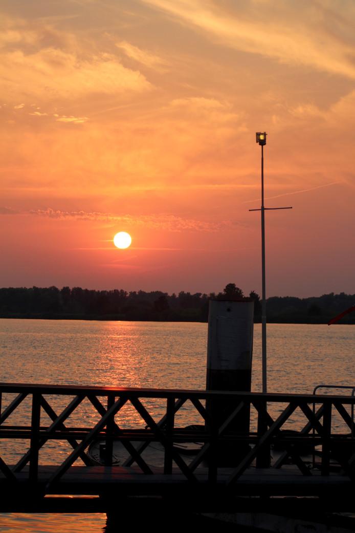 Ondergaande zon in Drimmelen Het was prachtige, warme en mooie heldere avond in Drimmelen Foto Ruud Hesterman uit MAde