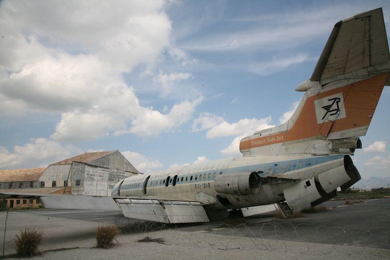 Een Trident Sun Jet staat al decennialang te verkommeren tussen de hangars en het terminalgebouw.