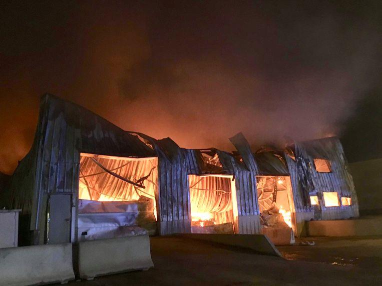 Het vuur legde in een mum van tijd de ambachtelijke wafelbakkerij Dimabel in de as.