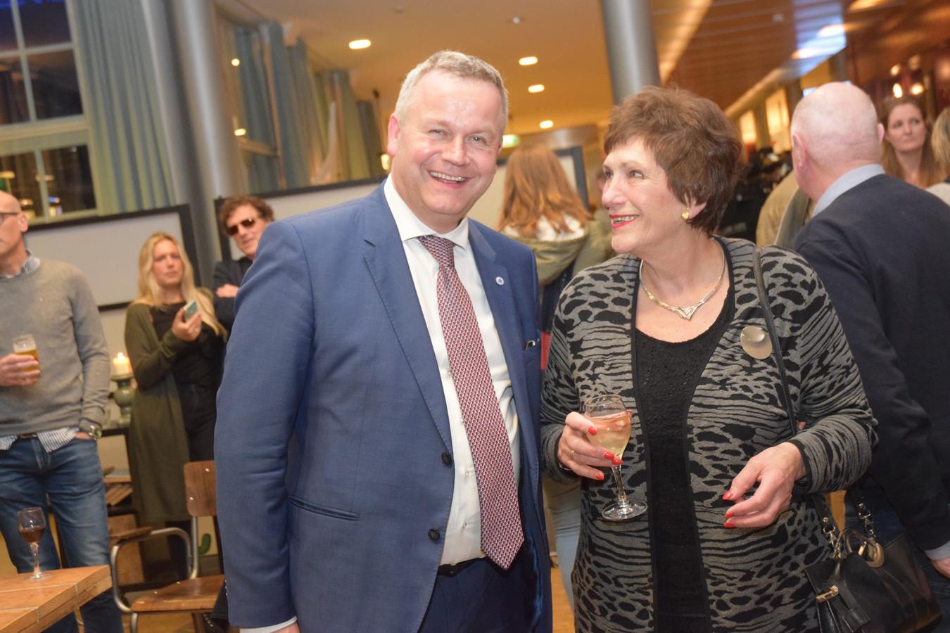 De nieuwe voorzitter van de gemeenteraad, burgemeester Mark van Stappershoef, in gesprek met de oude: Machteld Rijsdorp.