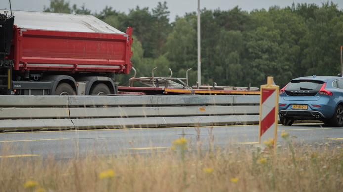De massieve middenberm tijdens de wegwerkzaamheden vormen mogelijk een gevaar voor dieren.
