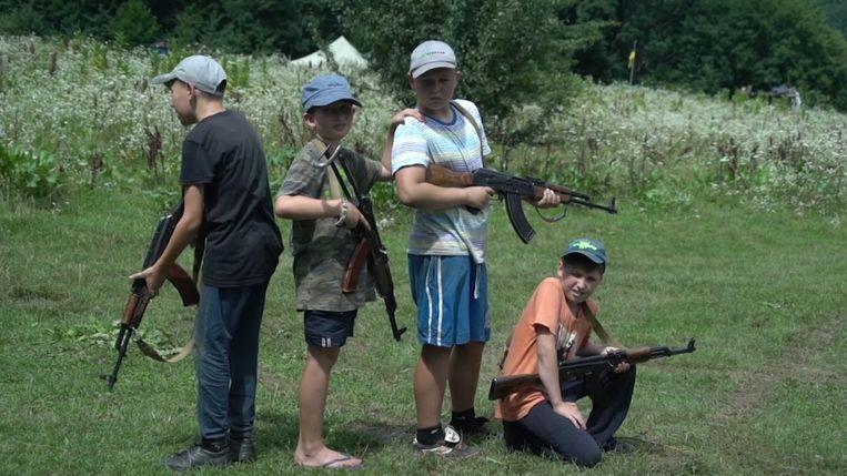 In de groep zitten vooral jonge tieners, maar ook kinderen van amper acht jaar oud leren er schieten.