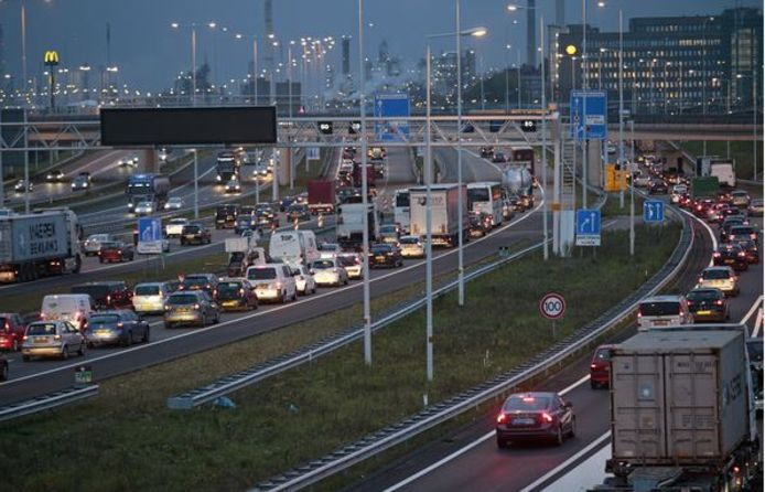 Verkeer dat Spijkenisse en de rest van Voorne-Putten wil bereiken staat al bij Hoogvliet muurvast. Er móet een oplossing komen, vinden de gemeenten. Het rijk betaalt mee aan het nader onderzoek daarnaar.
