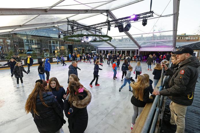 Het was afgelopen weekend gezellig druk op de ijsbaan in het Winterpark op de Markt in Schijndel.