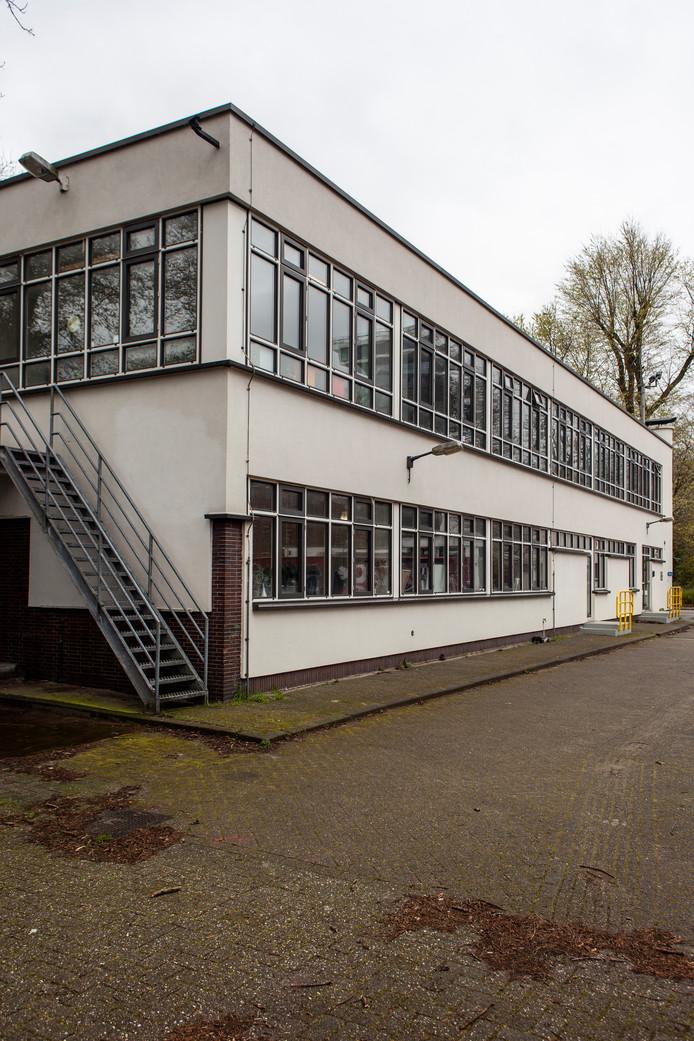 Op 13 juli bezochten we de in 1938 gebouwde bedrijfskantine voor 'personeelsleden met weeksalaris', later verbouwd tot poortgebouw, op het laboratoriumcomplex van Shell aan de Tolhuisweg in Amsterdam Noord. Winnaar is mevrouw Van Groningen.