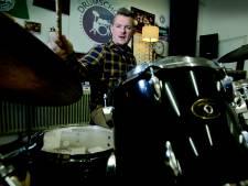 Drumschool Jens uit Dordrecht in actie voor Serious Request met 'Drum 4 Life'