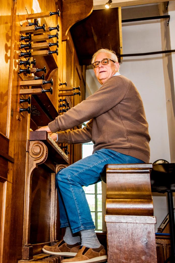 Organist Ad van Sleuwen achter het orgel uit 1840