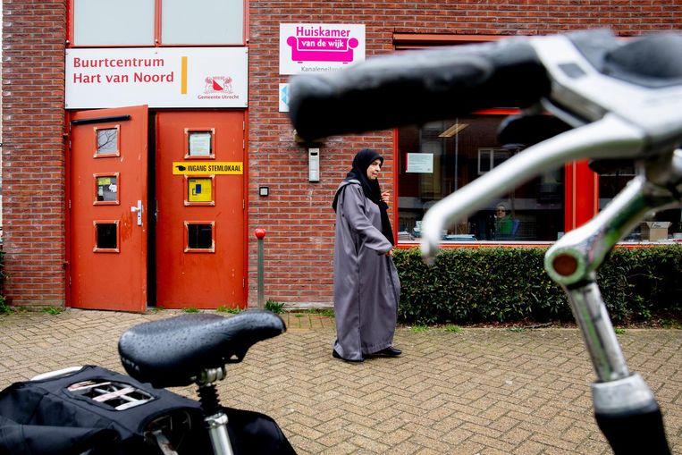 Een kiezer heeft net haar stem uitgebracht in de Utrechtse wijk Kanaleneiland Beeld ANP