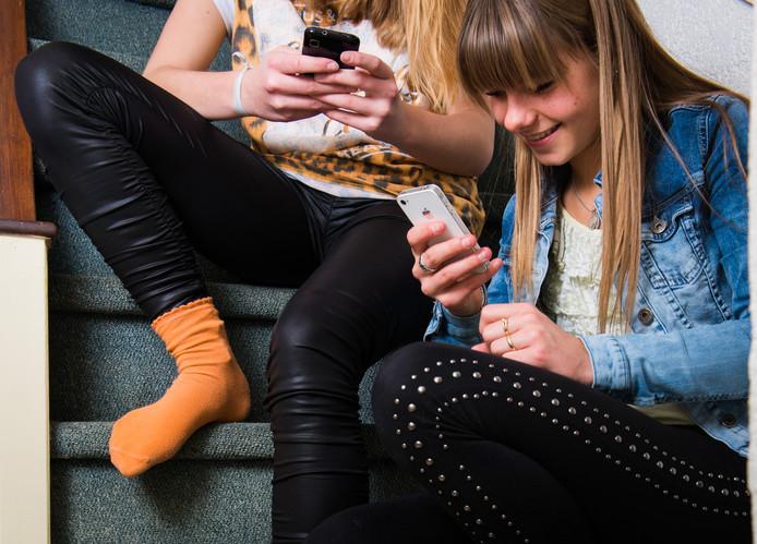 Jongeren zitten vaak zo kromgebogen boven hun smartphones, tablets en computers, dat hun ruggen krom groeien en hun spieren verslappen.
