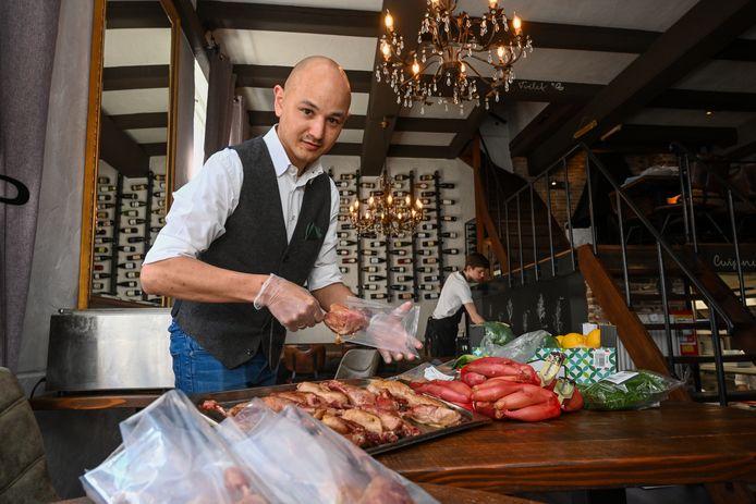 Frank Toes, die samen met zijn vrouw restaurant Le Papillon in Elburg runt, pakt de gerechten in voordat ze worden bezorgd of afgehaald.