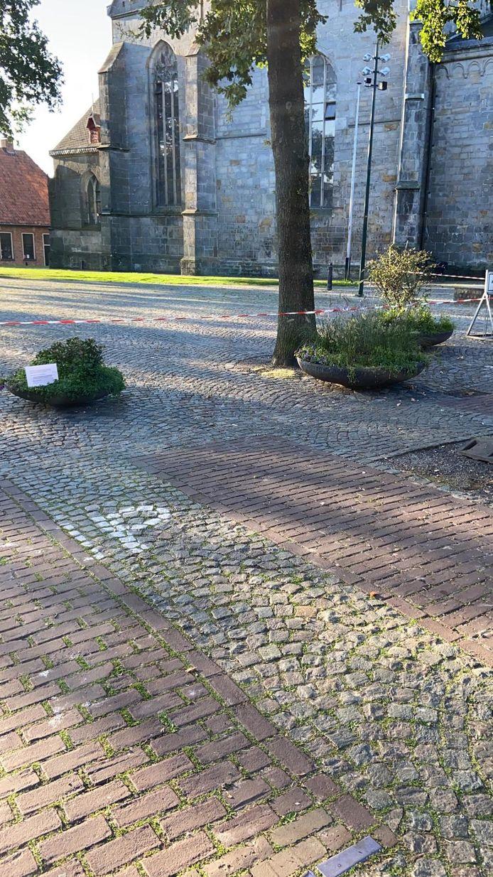 De tijdelijke parkeerplaats naast de kerk op het Kerkplein in Ootmarsum