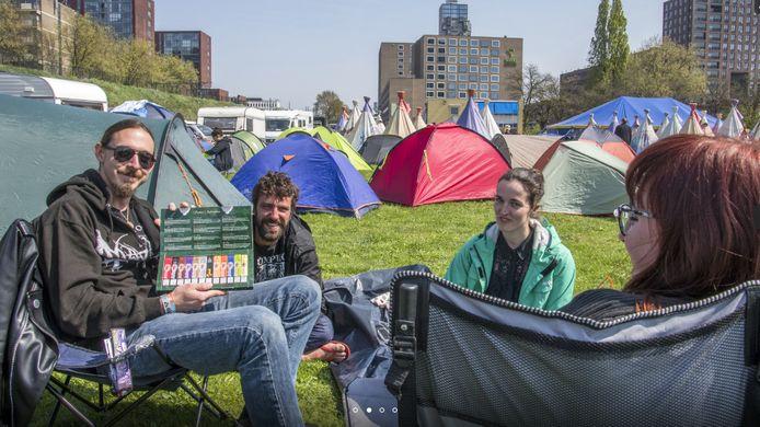 Buitenlanders met wiet op de Roadburn-camping. Texaan Chris Ross (links) heeft nog een hele proefkit vol met joints voor de boeg. Hij test het samen met een Braziliaanse vriendin en Duitse vriendinnen.