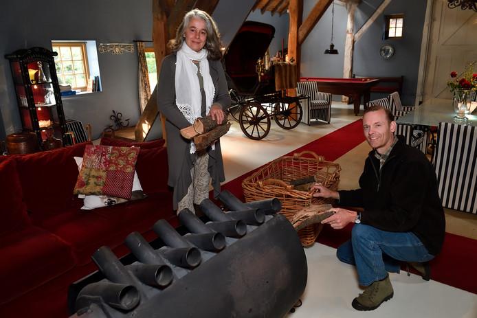Maaike en Nico van Heek in de 'huiskamer' van hun bed & breakfast Boerderij Schutterhoef.