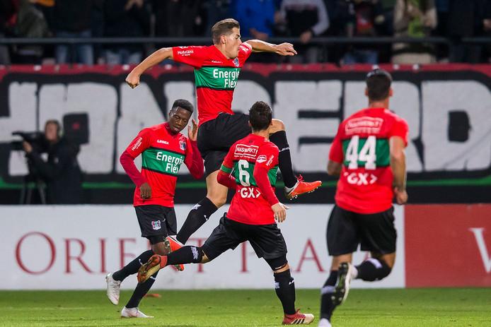 NEC-spits Sven Braken viert zijn goal op aangeven van Jonathan Okita (links) tegen Go Ahead Eagles.