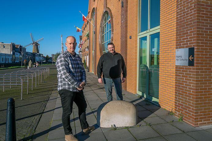 Ruud Hoondert (links) en Ben Jansen voor het Turfschip in Etten-Leur.
