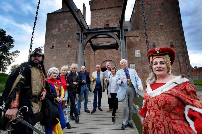 De makers van Floris op SLot Loevestein. Bedenker Gerard Soeteman (midden) met naast zich auteur Jaap Kooimans, temidden van een deel van de cast en crew.