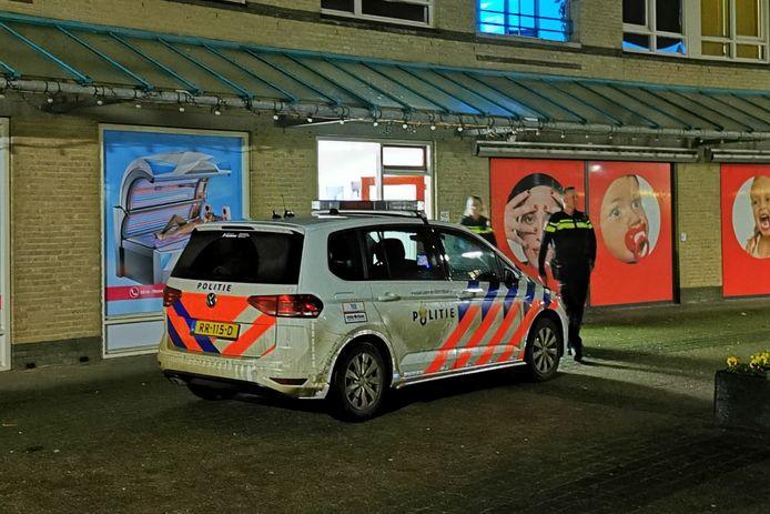 Politie rukt uit voor een melding van dreigementen in zonnestudio SunTan4you aan het Eilandplein in Duiven.