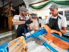 Visbroertjes openen pop-upbar met vis en oesters in centrum van Arnhem