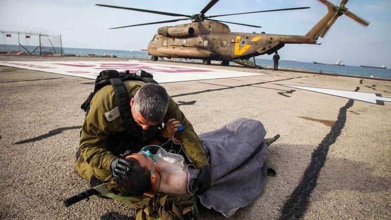 Eén van de Israëlische soldaten die gewond raakte na ontploffing van een bernbom op het door Israël bezette deel van Golan. Beeld epa