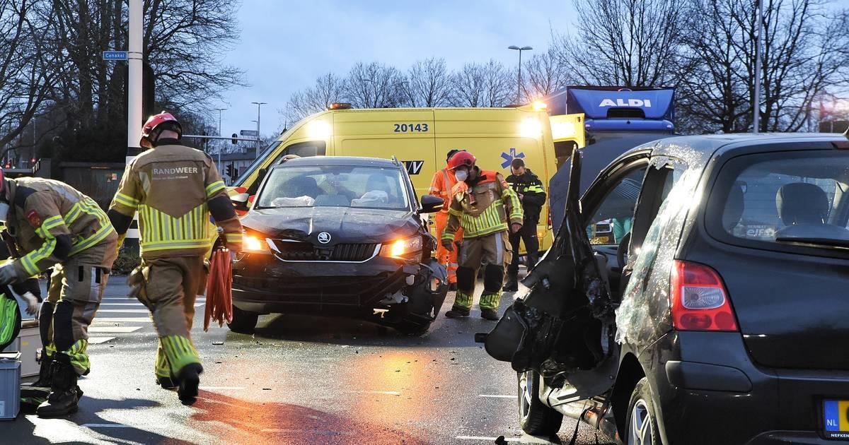 Twee personen gewond bij botsing in Tilburg.