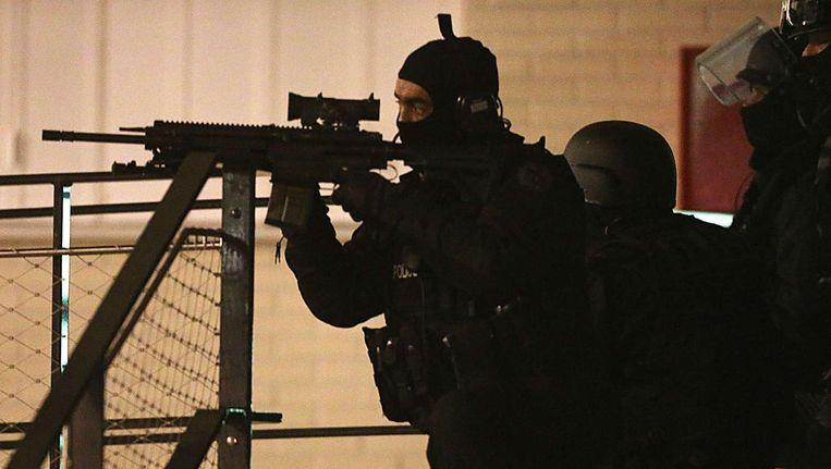 Politie-actie in Reims waar een gebouw werd binnengevallen, waarschijnlijk om bewijsmateriaal te verzamelen Beeld afp