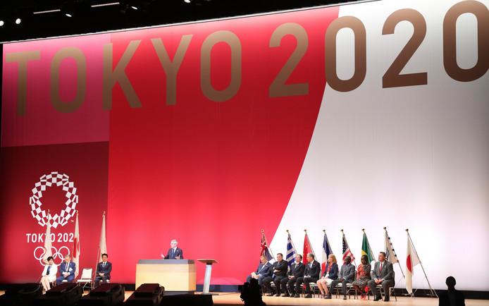 Voorzitter Thomas Bach van het IOC spreekt de mensen toe.