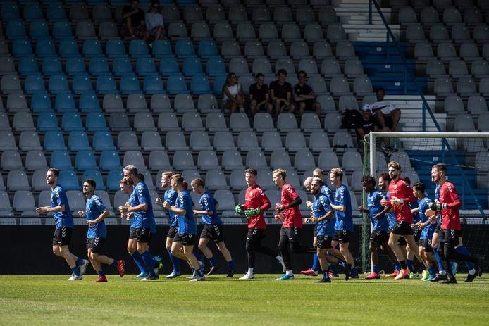 De selectie van De Graafschap tijdens de eerste training van het seizoen.