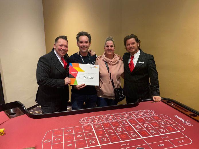 Tapijtlegger Carlo met zijn vrouw en medewerkers van het casino in Nijmegen.