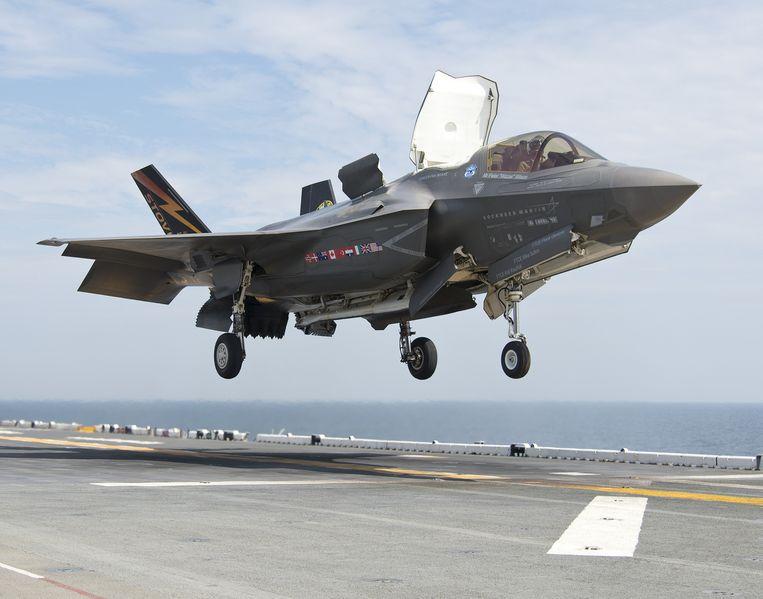 Speciaal voor het Amerikaanse marinierskorps, is ook een F-35-variant ontwikkeld die verticaal kan landen. Hier landt een F-35 op het amfibie-aanvalsschip USS Wasp. Ook de Britse en Italiaanse luchtmacht hebben deze versie besteld. Beeld Lockheed Martin