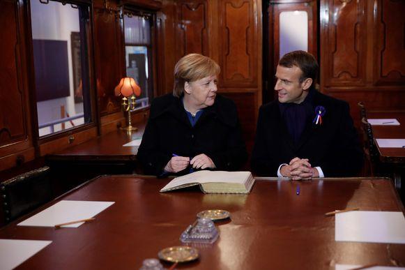 Angela Merkel en Emmanuel Macron brachten een kort bezoek aan de replica van de treinwagon waar in 1918 een einde aan WOI werd gemaakt.