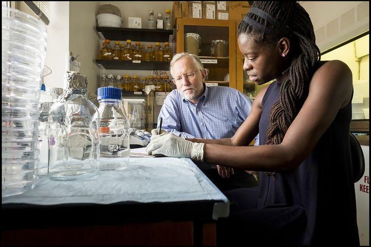 Charles M. Rice (hier met Chibuzo Enemchukwu) zag hoe hepatitis C apen net zo ziek maakt als mensen, wat de weg vrijmaakte voor belangrijke dierproeven.  Beeld EPA