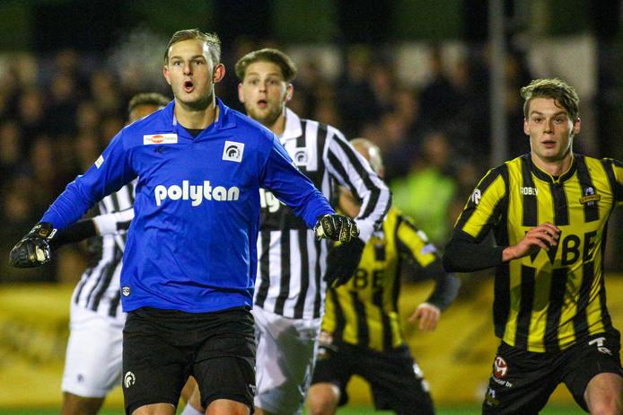 Keeper Dani Centen gaat met een corner mee naar voren,  achter hem Mart Raterink.