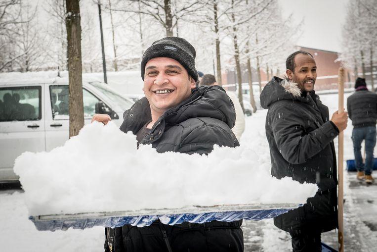Ahmed Al Ahmad uit Syrië en Zerimariam Fesfay uit Eritrea (rechts) hielpen enthousiast mee sneeuw ruimen.