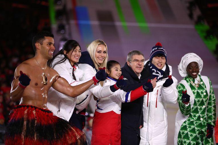 IOC-voorzitter Thomas Bach en olympische atleten tijdens de sluitingsceremonie van de Spelen van 2018. Beeld Getty Images